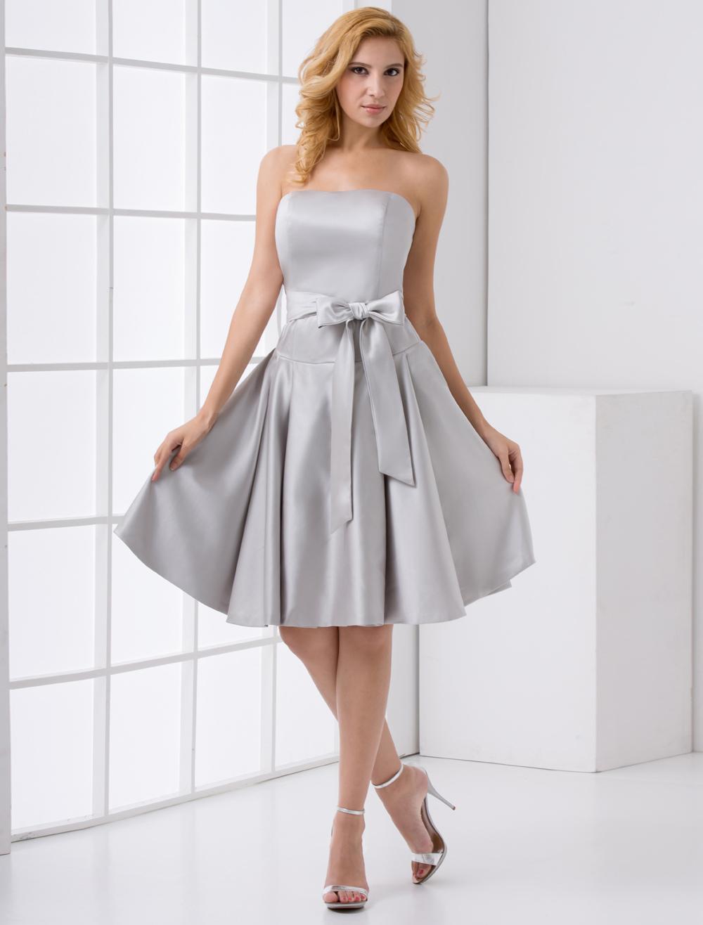 a3028107bc17 Mini vestido de damas de honor de satén plateado de línea A sin tirantes  con lazo