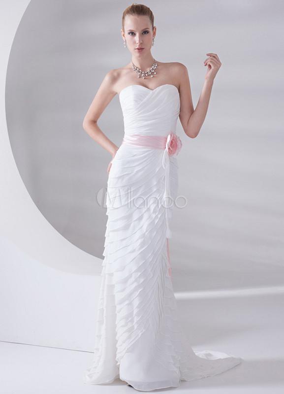 vestido de novia de color blanco con cinturón rosado de estilo de