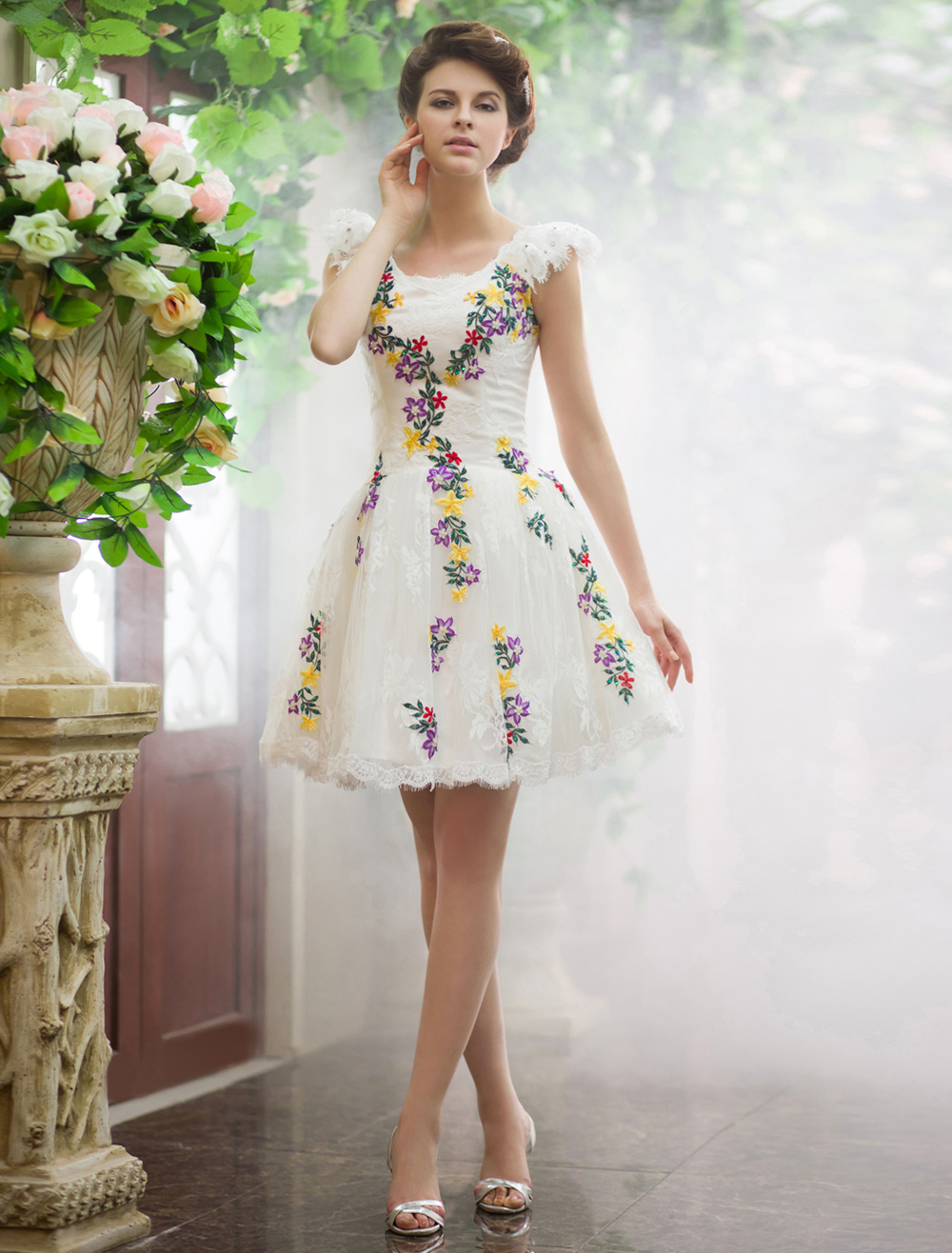 890924341b Vestido corto de novia de encaje de color marfil con bordados ...