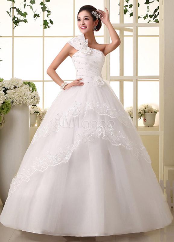 vestido de novia de tul blanco de un solo hombro con muchas capas