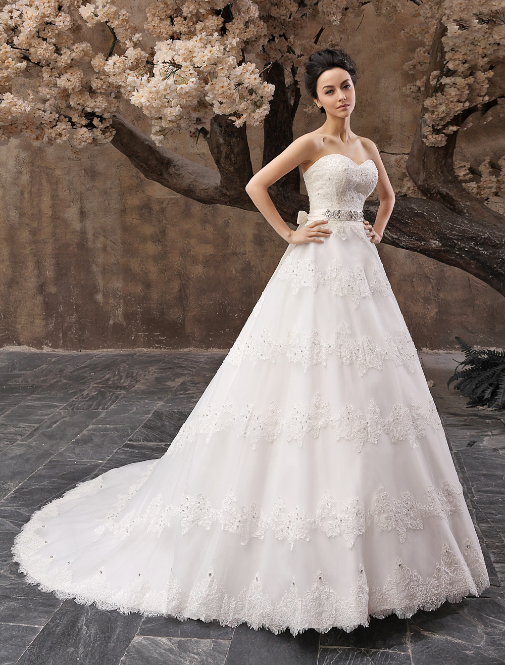 Glamorous Court Train White A-line Bridal Wedding Dress with Sweetheart Neck Sequin Tulle