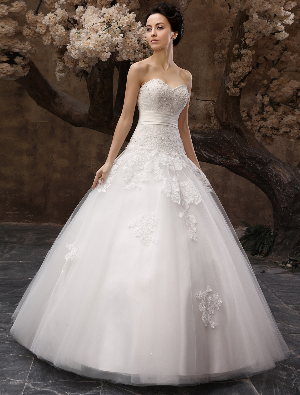 Floor-Length White Bridal Ball Gown Wedding Gown with Sweetheart Neck Applique