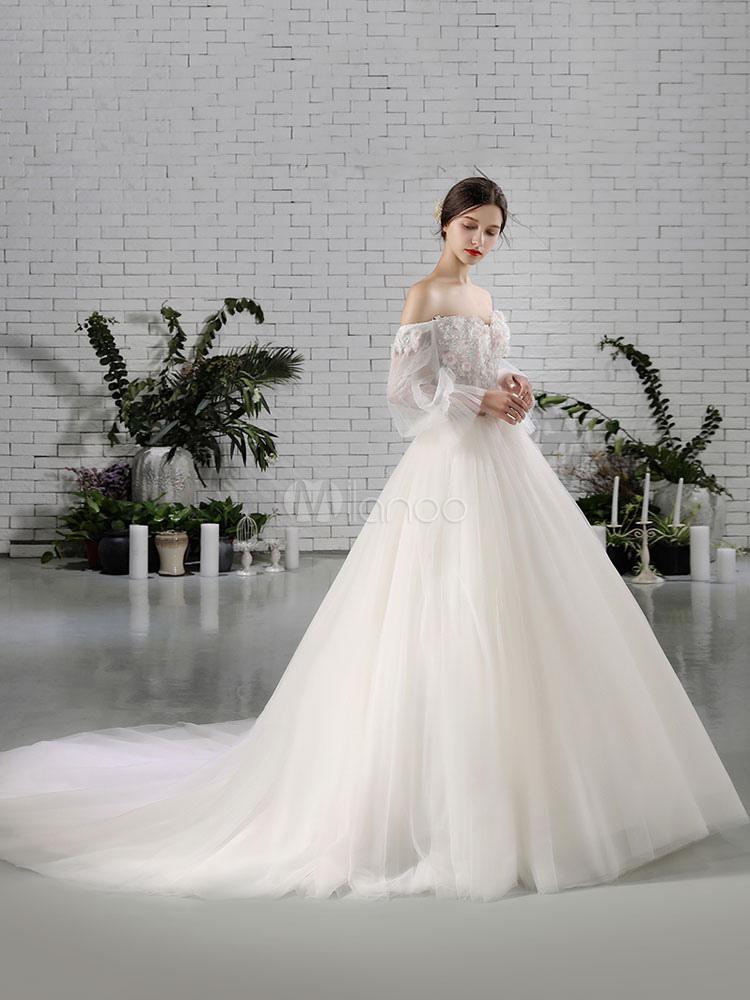 vestido de novia princesa con cola con escote barco con manga larga