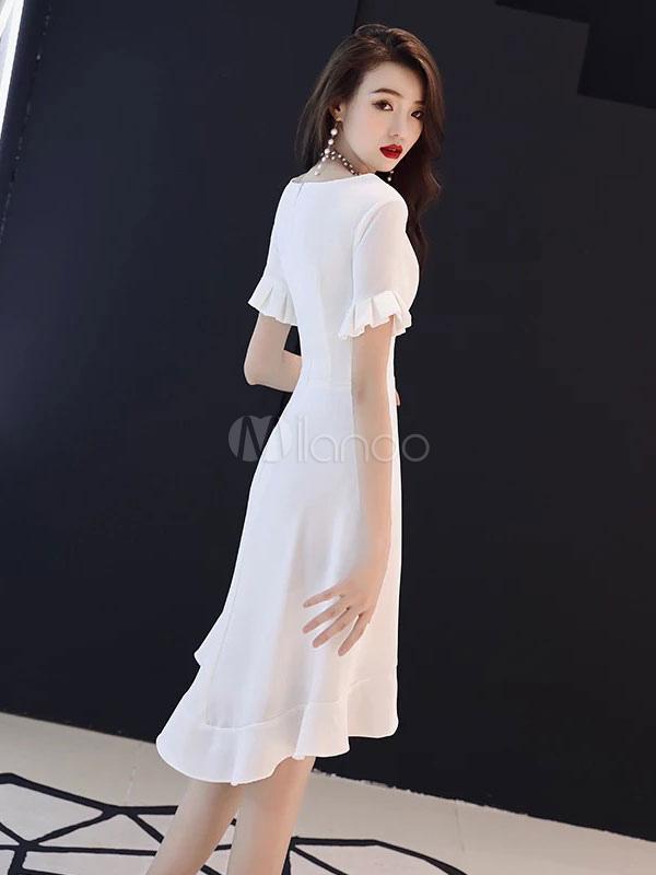b19bc97629 ... Vestidos blancos pequeños Volantes de cuello en v con volantes Vestido  de invitados de boda de ...