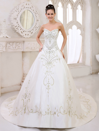 Chapel Train Ivory A-line Embroidered Wedding Dress For Bride with Sweetheart Neck