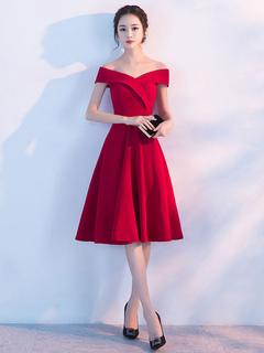 1dbac71c0 Vestido para homecoming de seda elástica de color borgoña con escote de  hombros caídos con manga